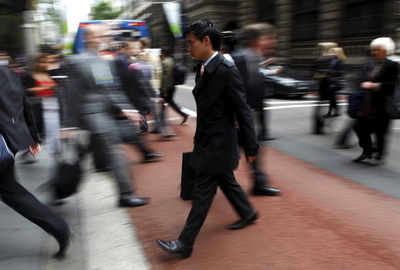 根據一項與久坐及運動如何影響壽命的新研究,只要每天至少步行11分鐘,就能大幅減少長時間坐著帶來的多項不健康後果。圖為示意圖。路透