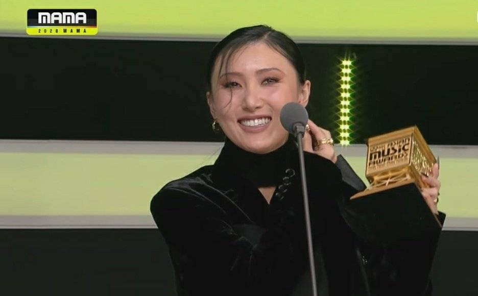 華莎領獎時扯不下口罩。圖/翻攝自Mnet