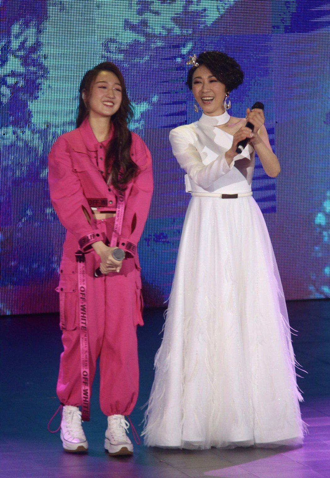 李翊君(右)與愛女王敏淳合體對唱「和你一起」。記者黃義書/攝影