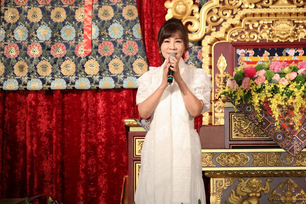 龍千玉哽咽獻唱音樂製作人項仲為的遺作。圖/中華大金錫慈善佛協會提供