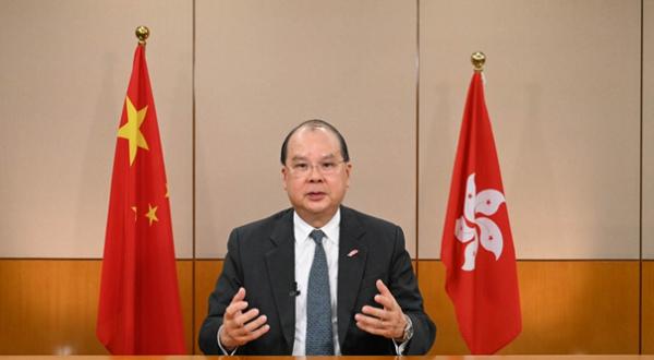 香港政務司司長張建宗6日表示,部分人士對「一國兩制」的誤解亟待糾正,加強憲法和基本法的宣傳和教育至關重要。(圖/取自新浪網)