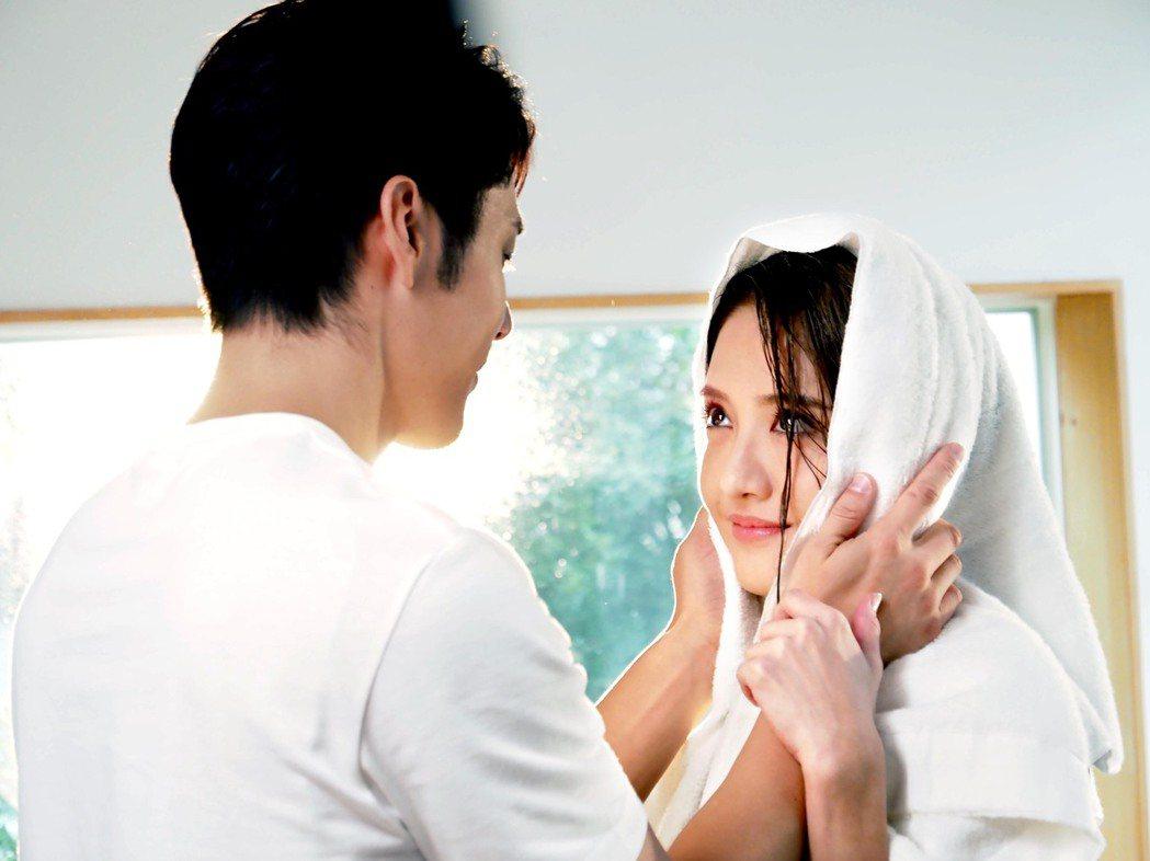 胡宇威(左)與李宣榕在MV中互動親密。圖/福茂唱片提供
