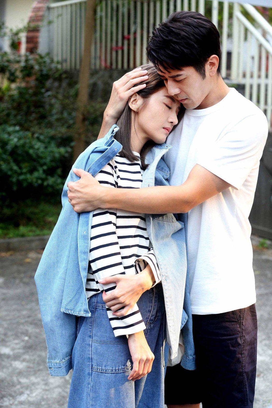 胡宇威(右)與李宣榕在MV中互動親密。圖/福茂唱片提供