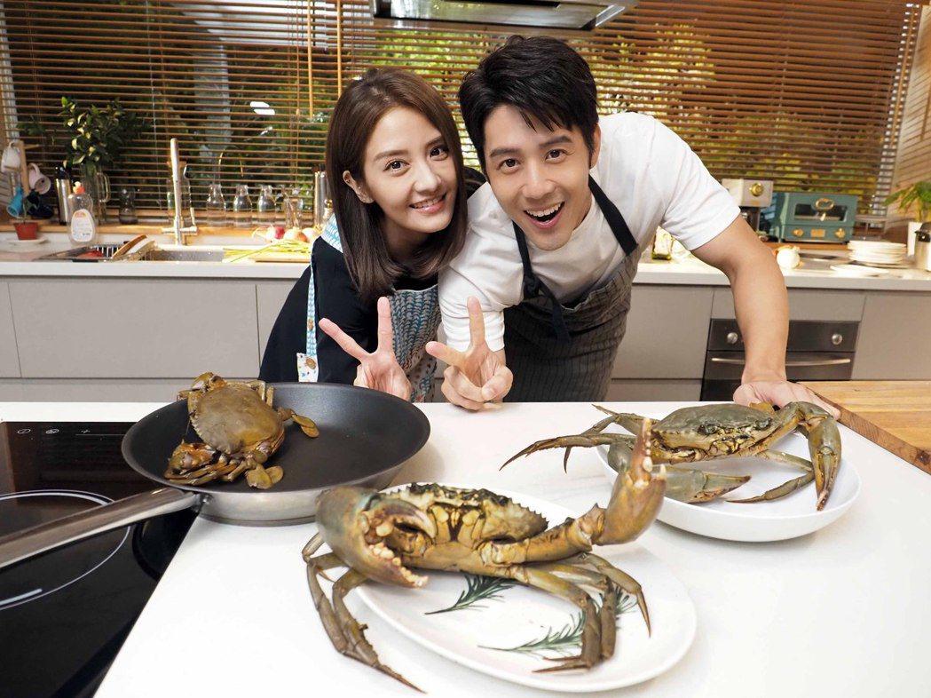 胡宇威(右)在MV徒手抓蟹,李宣榕讚好棒棒。圖/福茂唱片提供