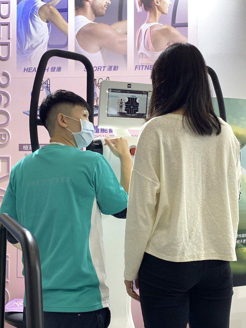 該儀器可針對受試者的身體狀況,執行運動處方,設定特殊的晃動角度,達到復健效果。圖/長春藤生物科技提供