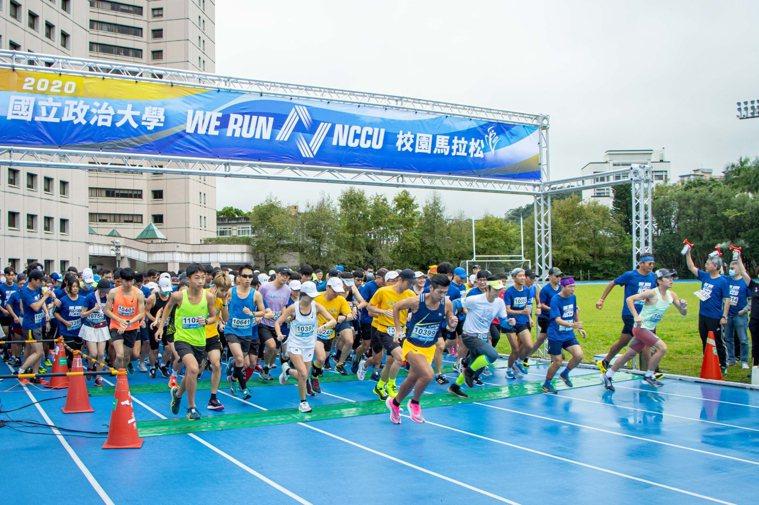 2020年政大校園馬拉松於今天上午7時30分不畏疫情和風雨開跑。圖/政大提供