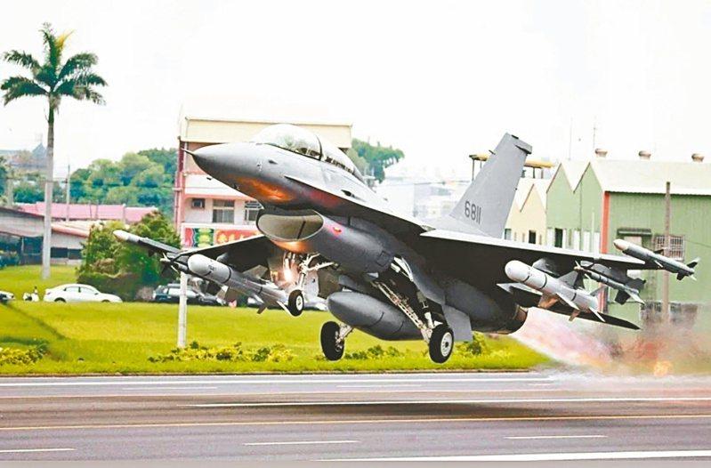 國防部表示,預計今年底前可完成廿二架F-16V戰機性能提升。本報資料照片