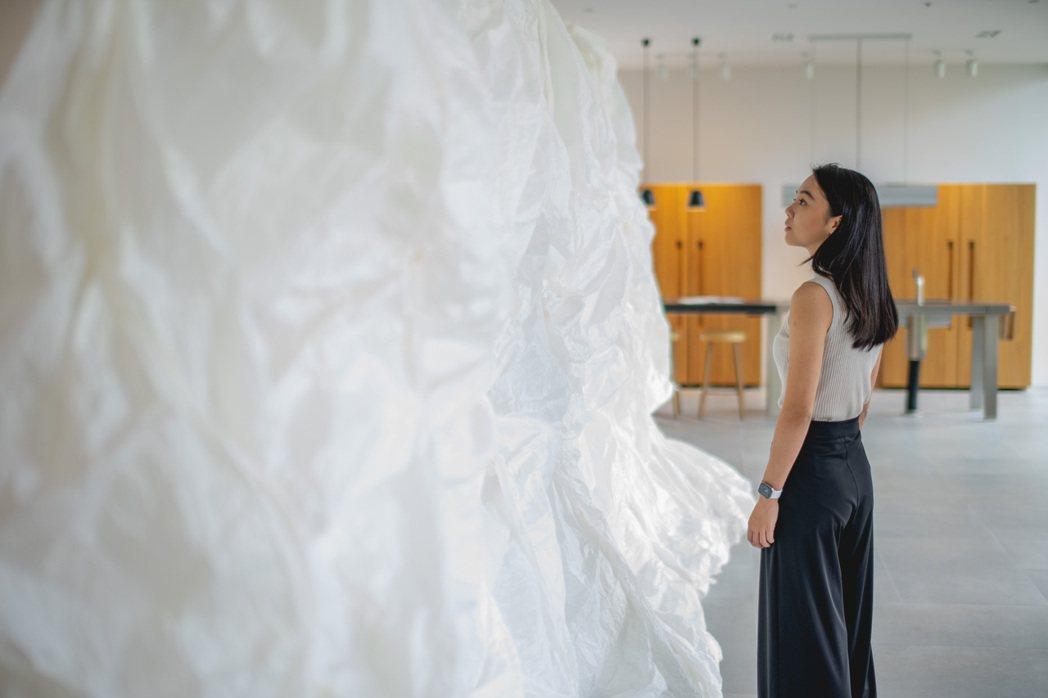 Fenko鳳嬌催化室品牌總監李依耘與裝置藝術作品「凝聚」。 圖/楠弘廚衛提供