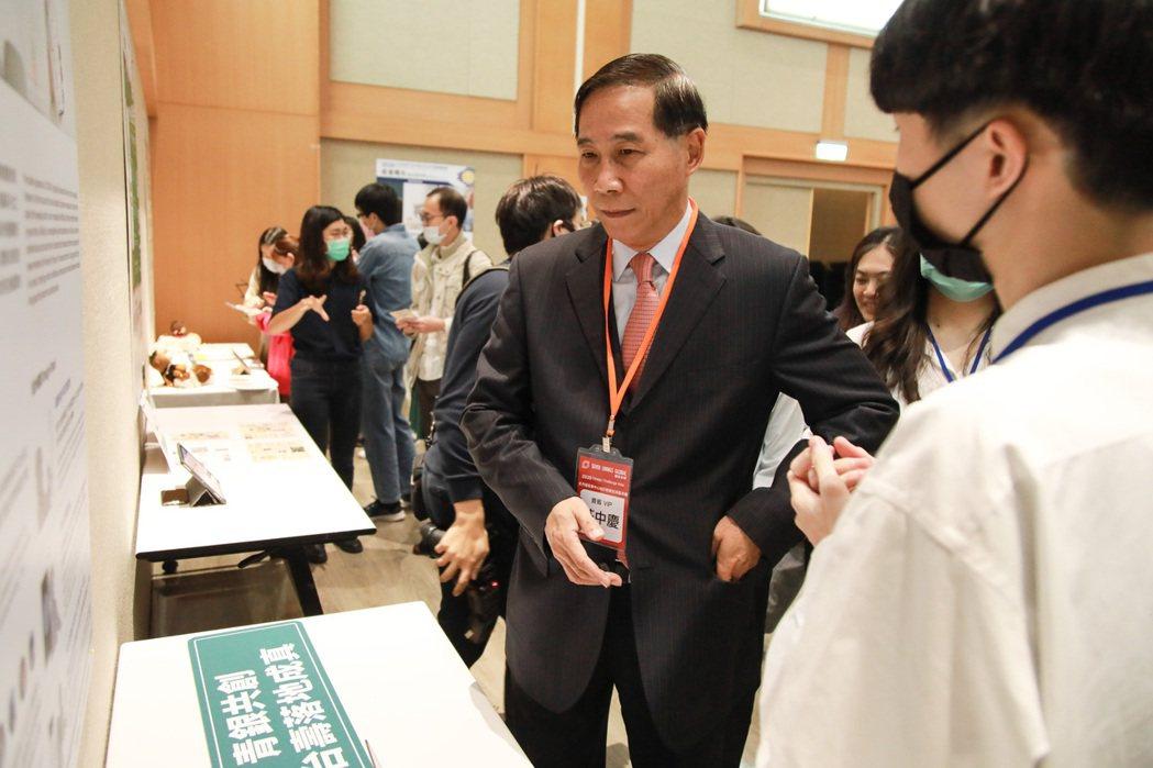 其中一組參賽學生正在向台灣人壽總經理莊中慶說明設計理念。記者許詩愷/攝影