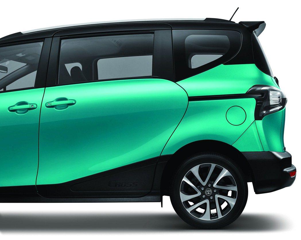 導入霧黑防刮車門飾板與側裙,搭配16吋雙色鋁圈。 圖/和泰汽車提供