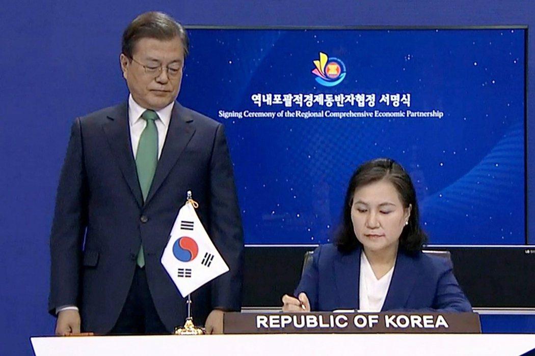 出身韓國傳統菁英官僚體系的俞明希,目前得到美、韓奧援。韓國總統文在寅更是俞明希的...
