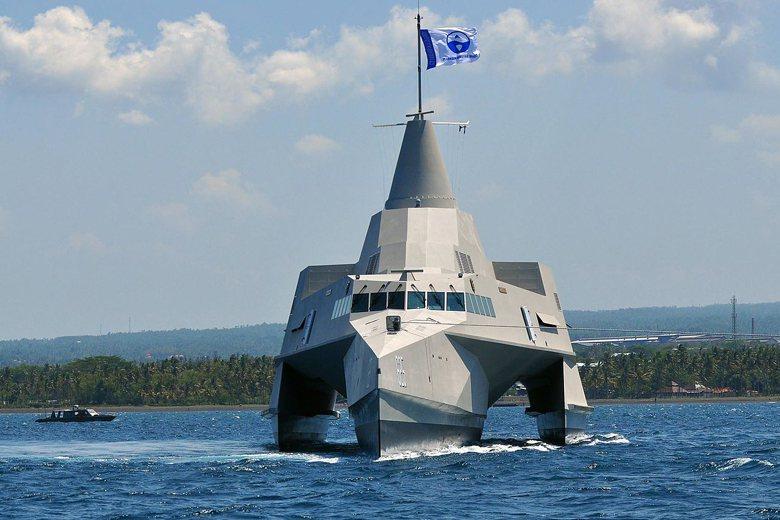 「微型飛彈突擊艇」採用三胴船體設計,相當先進。圖為印尼建造的200噸級三胴式飛彈巡邏艇「南洋劍號」(Klewang),武裝含AK-730快砲一門、C-705反艦飛彈4枚。 圖/維基共享