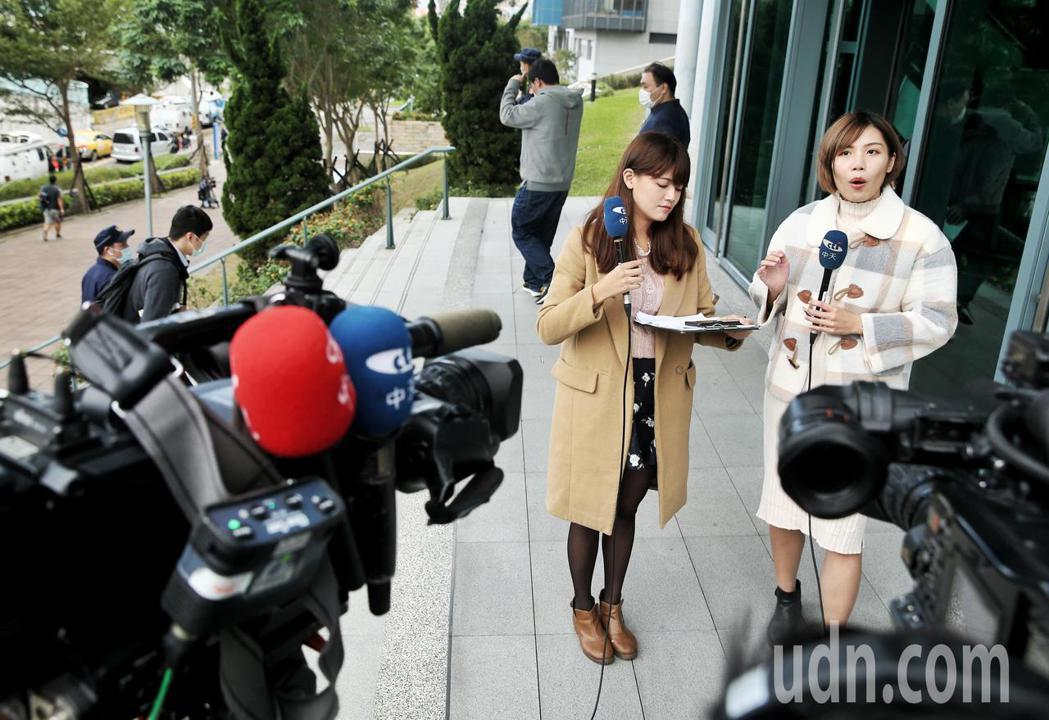 臺北高等行政法院下午宣布,中天對NCC提出聲請假處分,裁定駁回,中天新聞記者也在