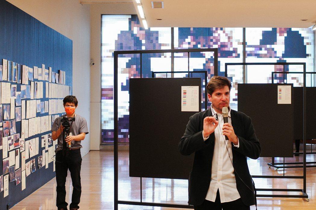 在《穆遵古》這件作品中,藝術家也邀請觀眾任意組成證據資料,透過圖像創造出新的敘事...