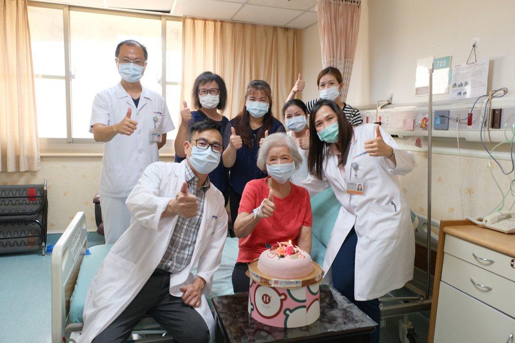光田綜合醫院醫療副院長嚴寶勝(前左)、神經內科醫師吳鈺慈(前右)與患者(前中)家...