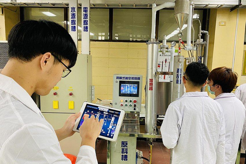 元智大學化材系與產業相結合,利用手機或平板遠端遙控小型化工單元設備,使學生學習智...