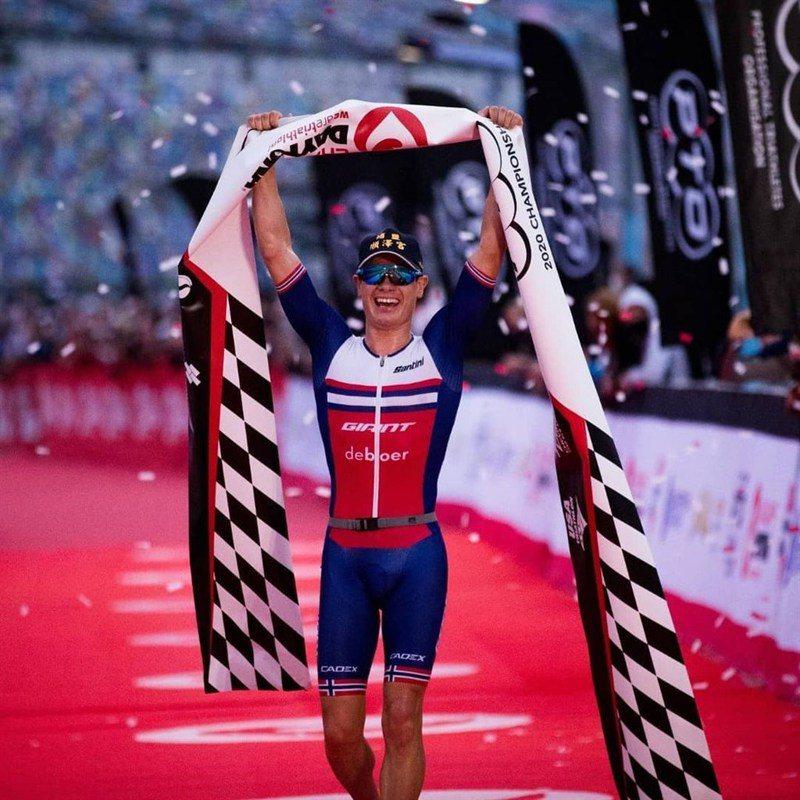 挪威三鐵選手艾登(前)頭戴彰化順澤宮冠軍帽參加由職業鐵人三項運動組織(PTO)舉辦的2020鐵人三項冠軍賽,以3小時5分6秒成績奪冠。圖取自instagram@gustav_iden