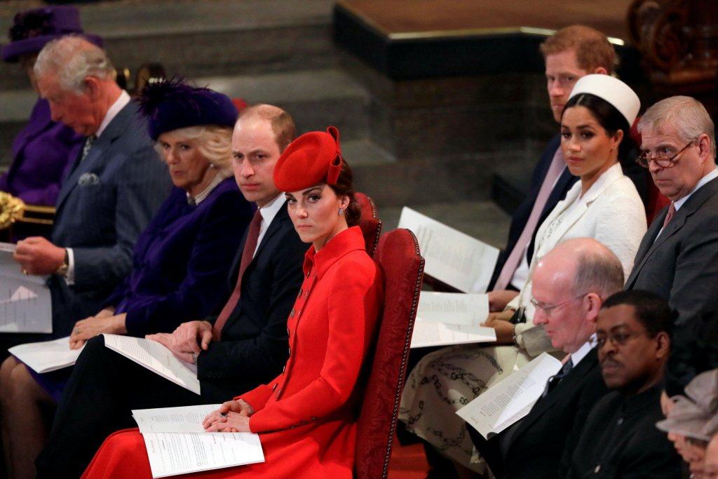 查爾斯(前排左起)、卡蜜拉、威廉、凱特被皇室人員捧在手心,哈利(後排左)與梅根就...