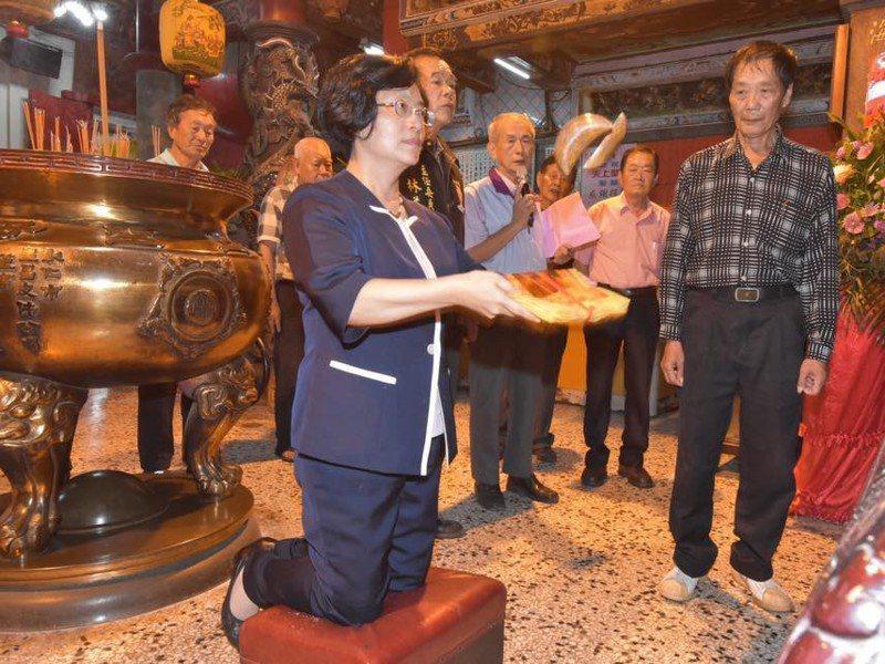 彰化縣長王惠美為今年的王功漁火節舉辦的日期,在王功福海宮擲筊,向天公及媽祖稟告請示,連獲3個聖杯才確定。圖/彰化縣政府提供