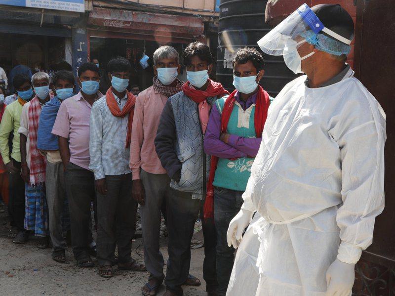 尼泊爾政府打算節省抗疫經費購買疫苗,試圖取消免費檢測和治療。圖為十月首都加德滿都一家醫院外排隊等待檢測的民眾。美聯社