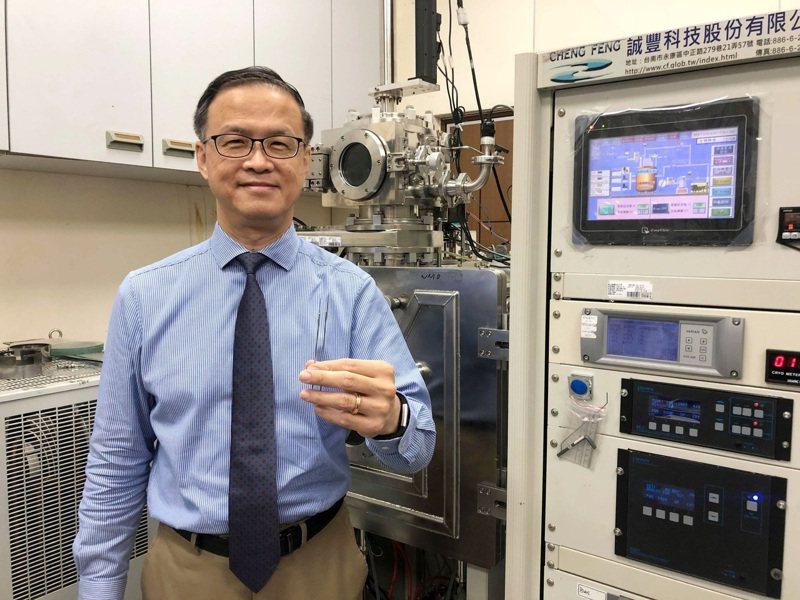 台科大材料系教授朱瑾將金屬玻璃鍍膜應用在刺青針具。圖/台灣科技大學提供