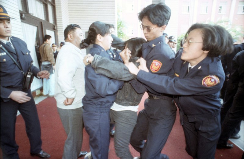 抗議大學法的百餘名大學生,在立法院內外與警方發生多次激烈的肢體衝突與零星衝突,多名學生受傷。圖/聯合報系資料照片