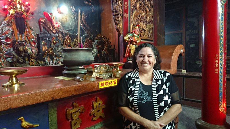 羅美智相信輔順將軍庇佑她母子三人,在台生活平安健康。記者簡慧珍/攝影