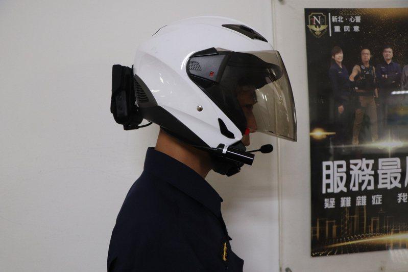 被稱為智慧戰警頭盔的新北市「警蜂動態影像蒐集及辨識系統1.0」,明年起讓員警戴安全帽巡邏即可立即辨別贓車、高風險車牌,圖為員警實際配戴智慧頭盔。記者吳亮賢/攝影