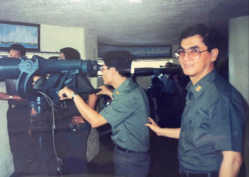 返台後的蘇宜立(右),與同事赴金門見學。對情報局軍官來說,穿著草綠軍服的機會少之又少。圖/蘇宜立提供、記者程嘉文翻攝