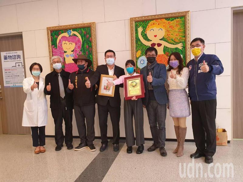 國小六年級的小畫家陳曦(左五)此次也特別捐出兩幅美人魚畫作,希望透過色彩繽紛,充滿童趣的筆觸,撫慰病患的心靈。記者陳斯穎/攝影