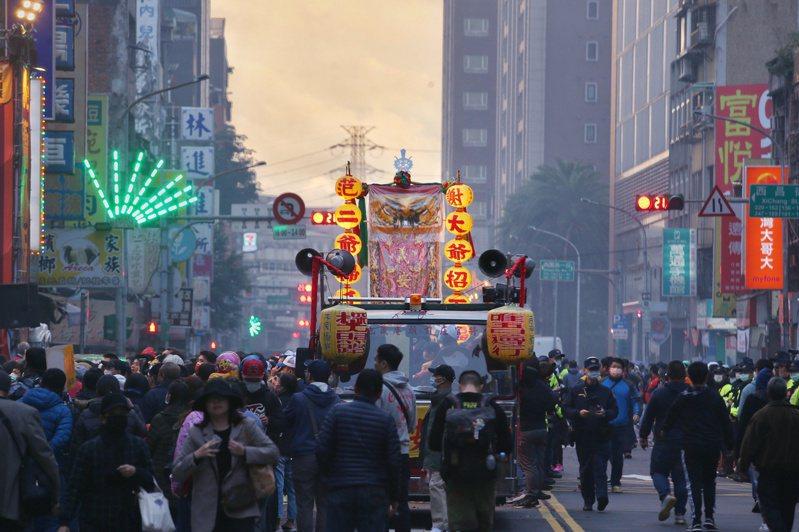 艋舺青山宮靈安尊王聖誕繞境起駕儀式近日展開,不少人半夜因炮竹聲響而驚醒,1999專線也被抗議電話打爆。記者曾原信/攝影