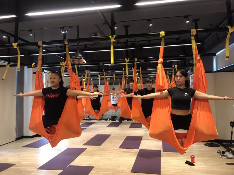 大葉大學運健系設立全方位適能教室等學習場域,學生取得運動指導或教練證照後,就能在校內的健身課程擔任運動指導老師,或到校外健身房當教練。圖/大葉大學提供