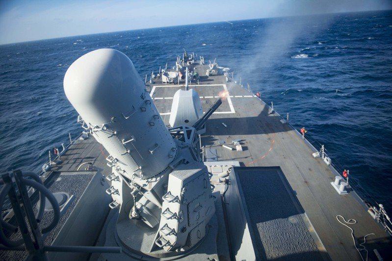 美軍勃克級驅逐艦上的方陣快砲開火射擊。圖/取自雷神公司網站