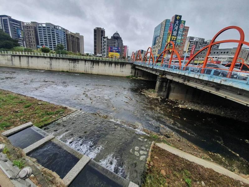 桃園市內的南崁溪因汙水問題,過去常發出惡臭,為此進行南崁溪水汴頭水質淨化現地處理工程,這次最特別的是採用「球狀接觸濾材」,汙染削減率達75%以上,每天可淨化3千噸汙水。記者陳夢茹/攝影