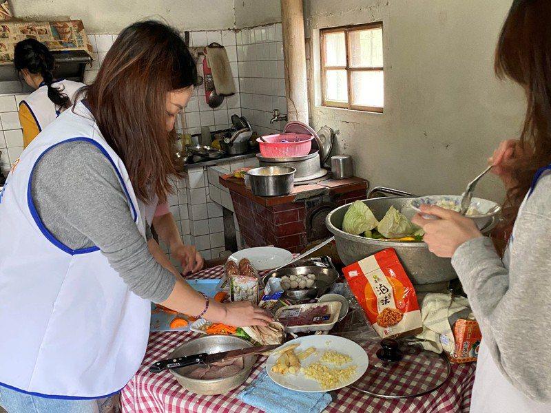 台灣費森尤斯卡比公司組團到南投縣當志工,協助生活重建協會送餐或訪視。圖/南投縣生活重建協會提供