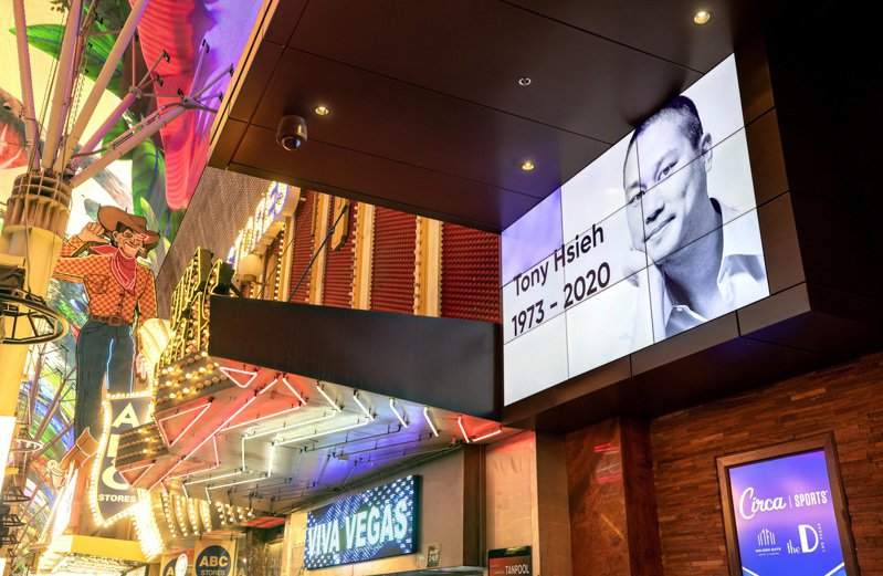Zappos總公司設在拉斯維加斯,該公司創辦人謝家華11月27日去世,拉斯維加斯的Golden Gate飯店以大螢幕宣布他的死訊。美聯社