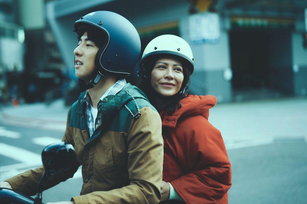 傅孟柏(左)在「我沒有談的那場戀愛」變理工男,騎機車載著艾怡良。圖/華納兄弟提供