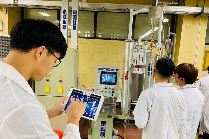元智大學建置模擬化工產能設備自動化實驗室,學生利用手機或平板遠端遙控小型化工單元設備。圖/元智大學提供