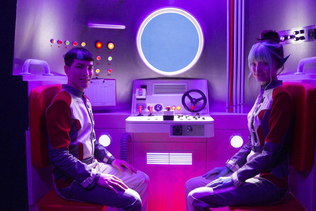 老蕭(左)與女主角在MV上演跨物種愛戀。圖/華納音樂提供