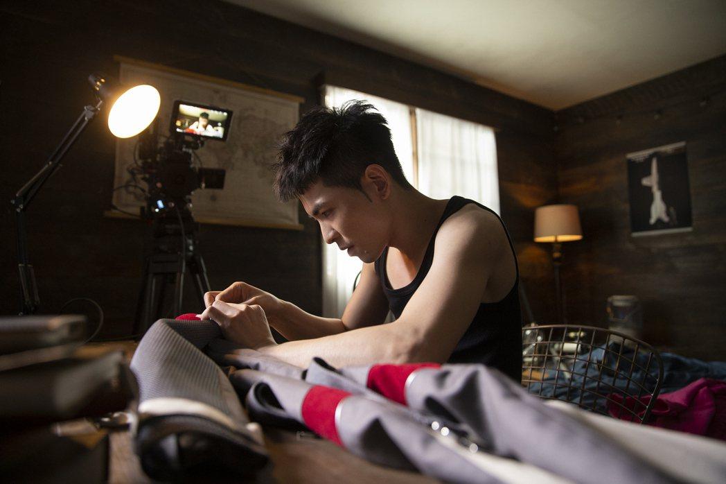 老蕭在MV打造太空船、縫太空衣,充滿童趣。圖/華納音樂提供