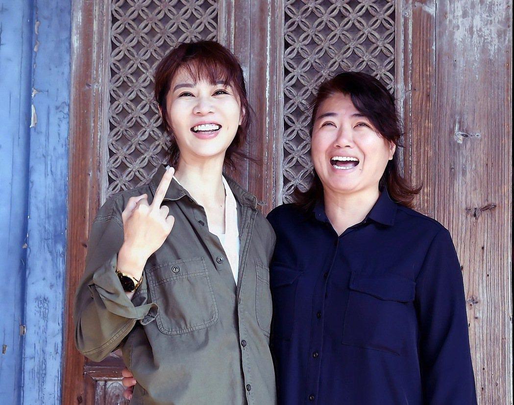 謝盈萱(左)自爆和導演嚴藝文起衝突,開玩笑「比中指」。圖/華視提供