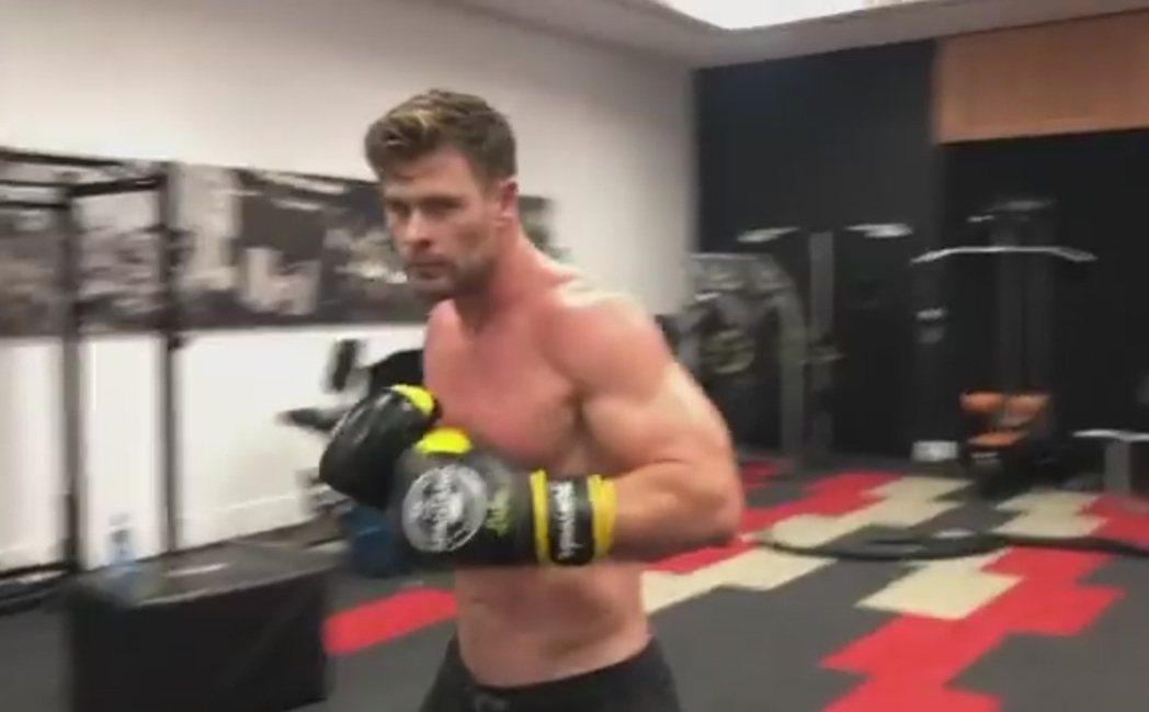 克里斯漢斯沃喜歡用各種不同的方式健身。圖/摘自Instagram