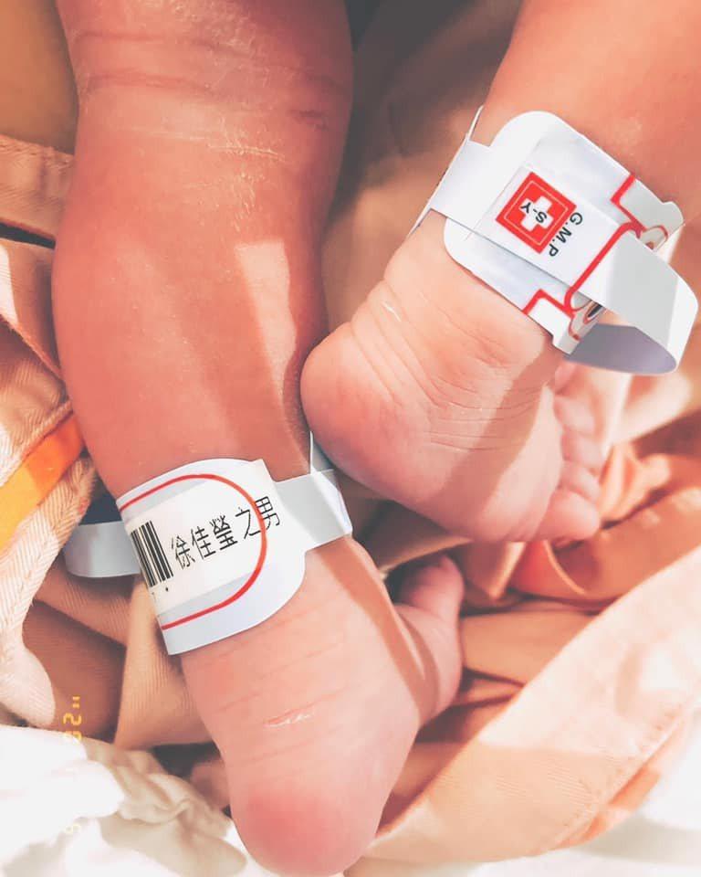 徐佳瑩與老公比爾賈社群分享兒子壯腿照,宣布升格新手爸媽。圖/摘自臉書
