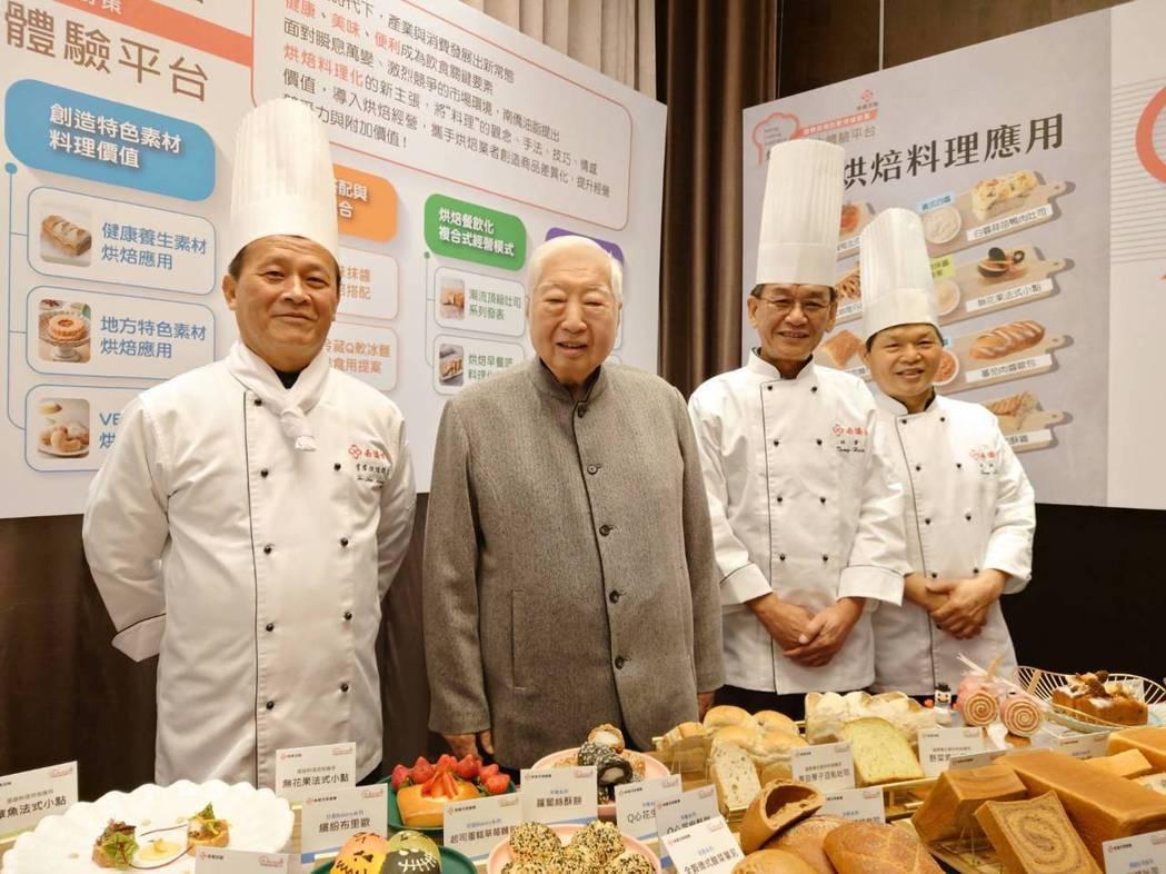 南僑會長陳飛龍(左二)看好烘焙產業的前景,12月9日起連續三天推出「南僑烘焙料理...