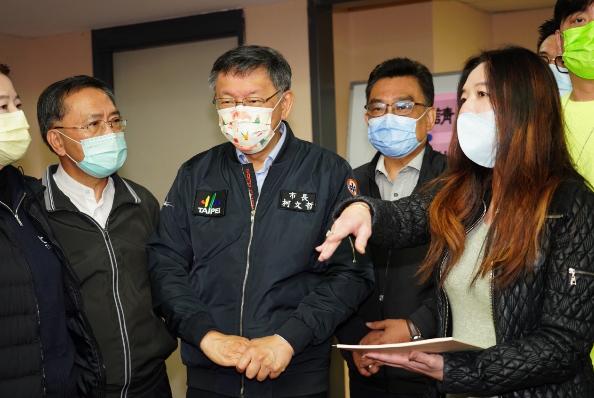台北市長柯文哲7日赴議會民政委員會致意,對於媒體追問中天議題,柯文哲反問中天記者,「你下一步要去哪裡?我很關心你失業。」圖/北市媒體事務組提供