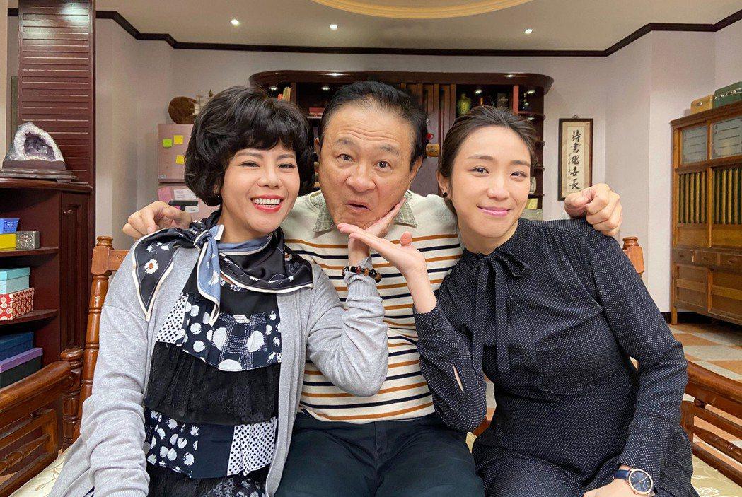 錦雯(左起)、陳慕義、梁舒涵飾演一家人。圖/三立提供