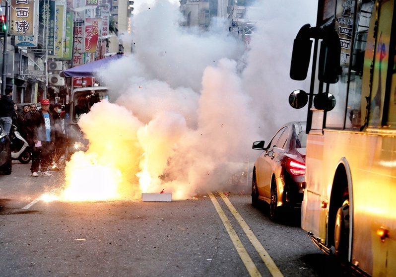 青山宮遶境活動,信徒燃放爆竹、鞭炮。本報資料照片/記者曾原信攝影