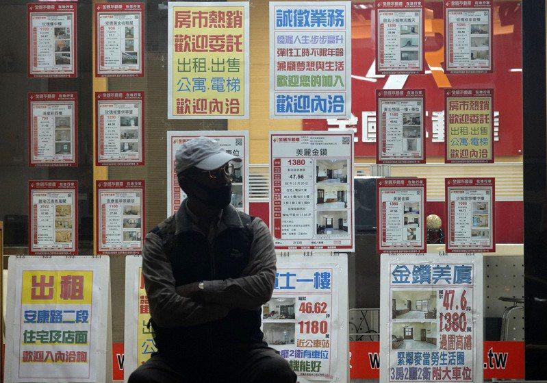 繼上周行政院會通過「健全房地產市場方案」後,央行總裁楊金龍昨加碼提出房市信用管制措施,希望抑制炒房,讓一般民眾住得起房子。記者鄭超文/攝影