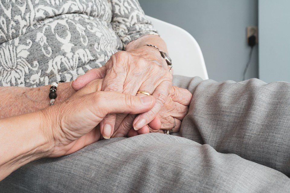 將父母送進老人設施機構,因為看到父母的表情而心生恐懼,從此再也沒有來探視過父母的...