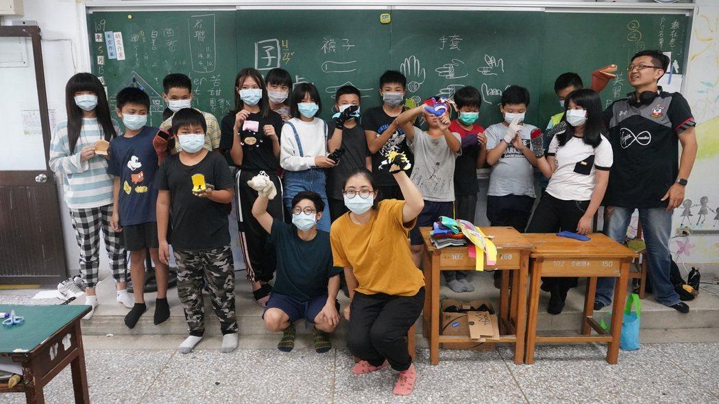 「囝仔人劇團」來到豐田,跟著村落的孩子們一起製作偶戲。 圖/豐田移創所提供